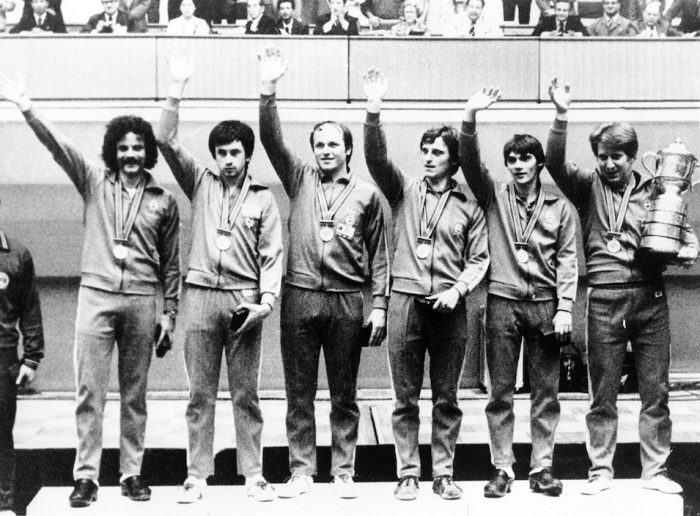 A magyar férfi asztalitenisz-válogatott 1979-ben Phenjanban, a világbajnoki dobogó tetején. Balról a harmadik, Jónyer István. Fotó: MTI/KNA