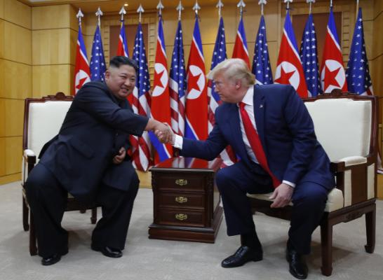 Kim Dzsong Un és Donald Trump találkozója 2019. június 30-án. Trump az első amerikai elnök, aki ellátogatott Észak-Koreába. Fotó: MTI/Yonhap
