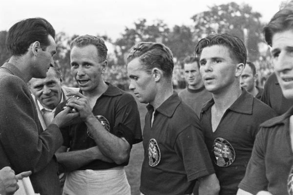 A kép közepén Lakat Károly, mellette Puskás Ferenc, a kép jobb szélén pedig Czibor Zoltán. Fotó: MTI