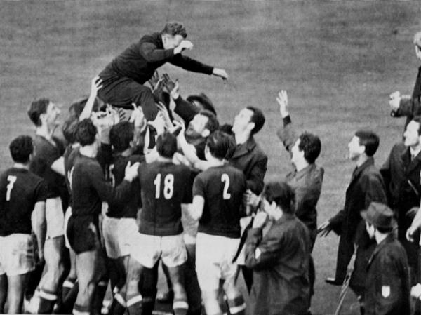 Tokió, 1964. A játékosok vállán Lakat Károly kapitány, a csehszlovákok elleni, 2-1-es győzelemmel végződő olimpiai döntő után. Ezzel Magyarország válogatottja olimpiai bajnoki aranyérmet nyert. Fotó: MTI/OL