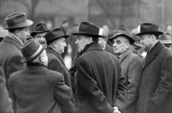 Kádár (középen), Biszku (jobb oldalt) és a többi elvtárs élet-halál ura volt a megtorlás éveiben. Elszámoltatva sosem lettek bűneikért... Forrás: Fortepan - Angyalföldi Helytörténeti Gyűjtemény