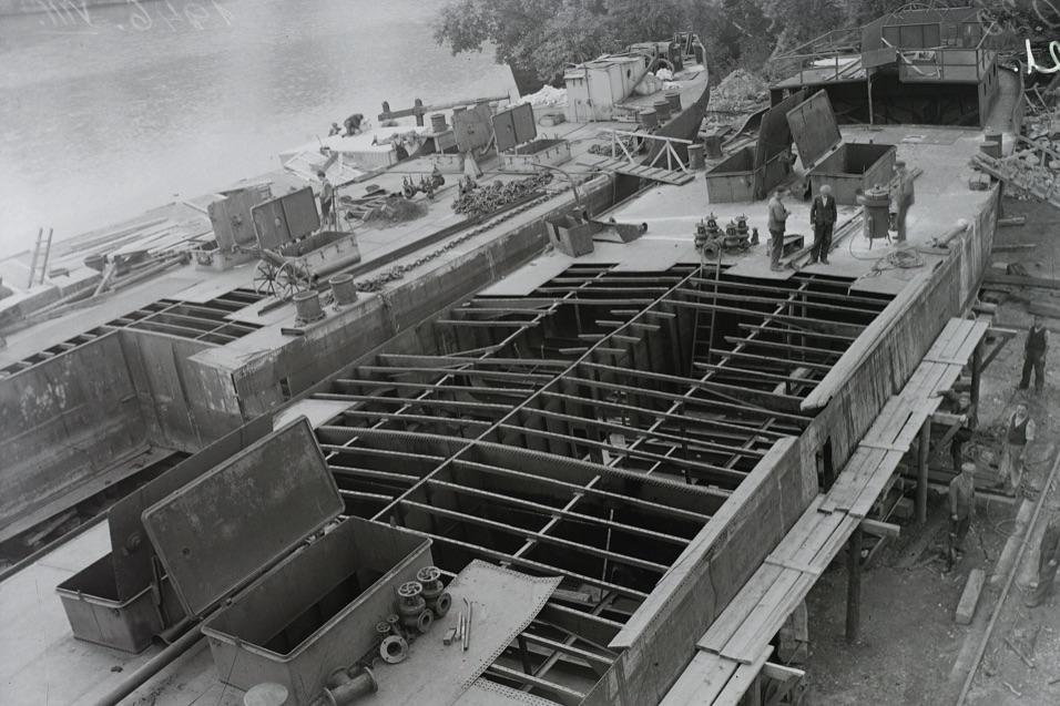 Olajszállító uszályok építése, 1946 / Fotó: Fortepan.hu