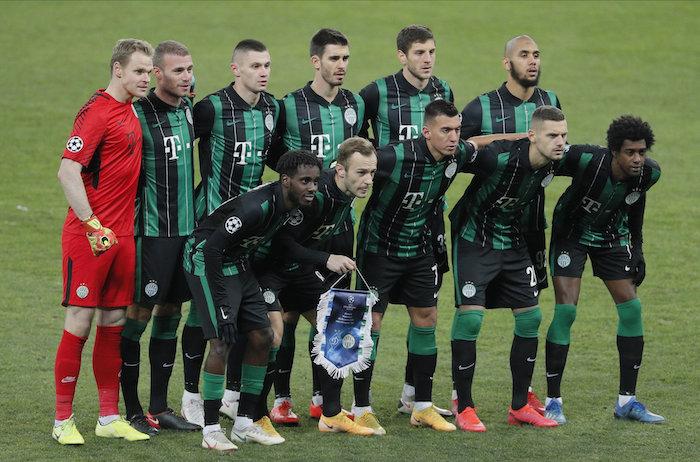 Ferencváros játékosai csoportképhez sorakoznak fel a labdarúgó Bajnokok Ligája csoportkörének hatodik fordulójában, Kijevben. A Szuperliga többek között a magyar bajnokot is kirekesztené a legjobbak közül.<br /> MTI/EPA/Szerhij Dolzsenko