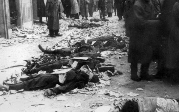 II. János Pál pápa (Köztársaság) tér, a pártház ostromakor kivégzett védők holtteste. Fortepan Rédei Mária