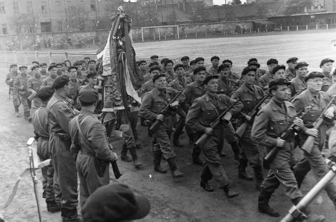 A kép illusztráció. Munkásőrök menetelnek, 1958-ban / Forrás: Fortepan.hu