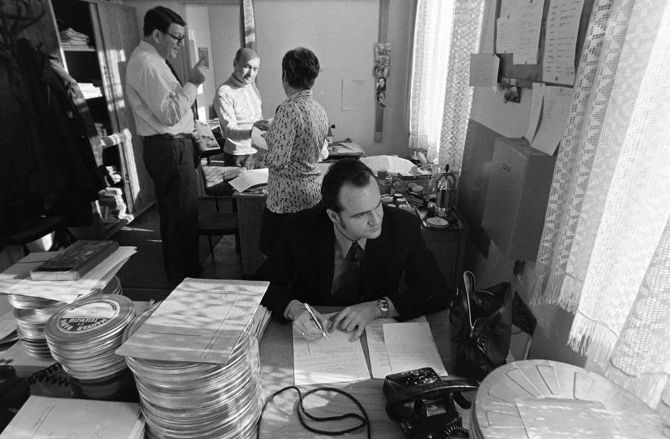 Szerkesztőségi életkép. Készül A Hét. Hátul Polgár, elől Ilkei Csaba tévés, későbbi politikus, jelenleg kutató / Fotó: Fortepan.hu