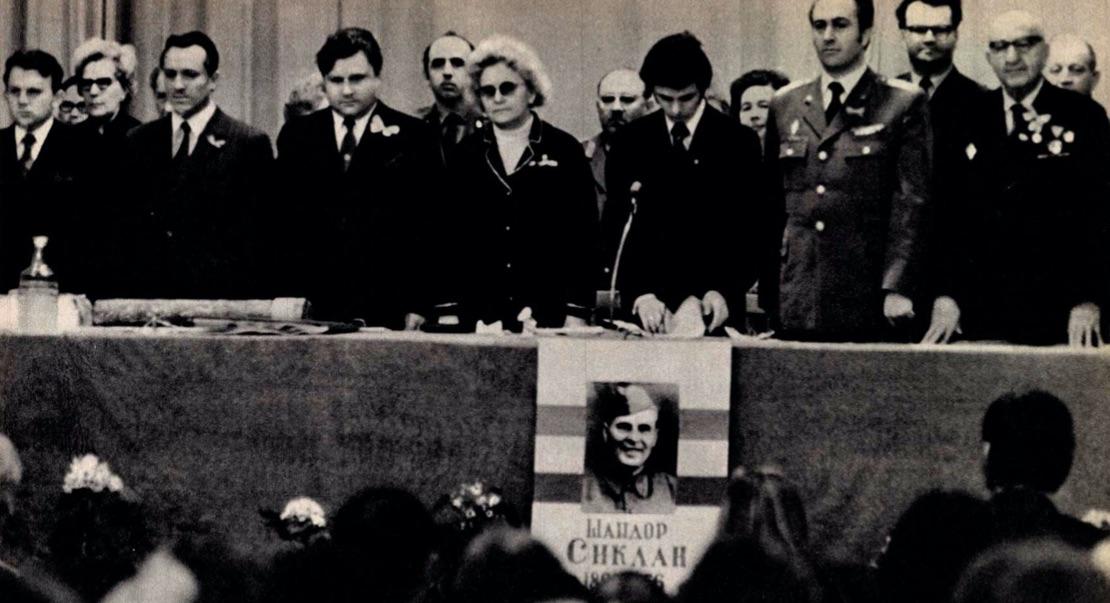 Sziklaira emlékeznek a Szovjetunióban / Forrás: Arcanum.hu