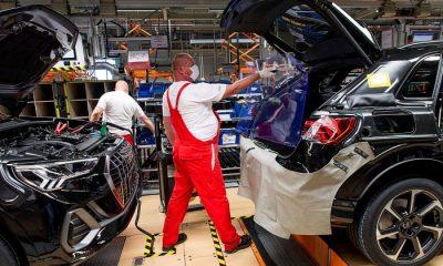 Fájlnév DKRCS20200428001.jpg Képcím Újraindult a termelés a győri Audi-gyárban Képszöveg Győr, 2020. április 28. Dolgozó a koronavírus ellen védő műanyag lapot vesz ki egy autó csomagtere és utastere közül, miután berakta a pótkereket az Audi Hungaria Motor Kft. győri gyárának járműszerelő részlegében 2020. április 27-én. Ezen a napon sikeresen újraindult az Audi Hungaria járműgyártása, mind a présüzemben, karosszériaüzemben, lakkozóban és a járműszereldében. Első lépésben egy műszakban kétezer járműgyári munkatárs kezdte meg munkáját. A járműszereldében műszakonként jelenleg 250 autót gyártanak, a vállalat a termelést a következő hetekben fokozatosan szeretné felfuttatni. MTI/Krizsán Csaba