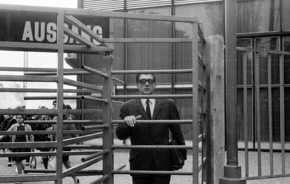 Ügynök, tiszt vagy csak egy civil? A kép illusztráció, a felvétel a Szovjet tudomány és technika 50 éve jubileumi kiállításán készült, 1967. szeptemberében / Fotó: Fortepan.hu, ad.: Péterffy István