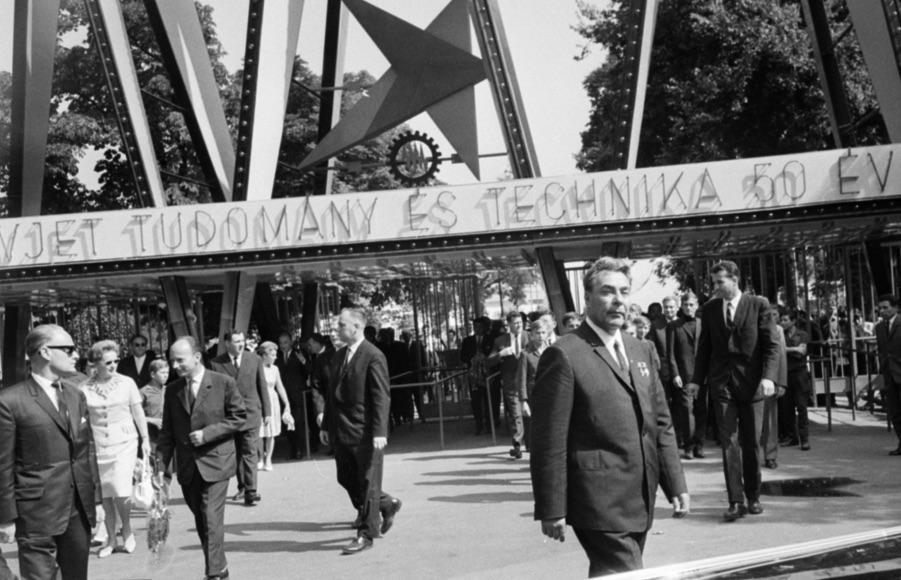 Éljen a Szovjet Tudomány! A BNV területén maga Brezsnyev néz a kamerába / Fotó: Fortepan.hu, ad.: Bojár Sándor