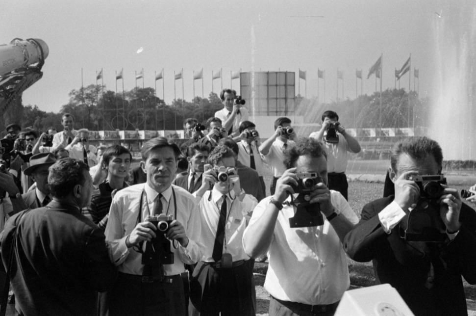Fotóznak a budapesti szovjet kiállításon. Vajon hány fotós állambiztonsági ember? / Fotó: Fortepan.hu, ad., Bojár Sándor