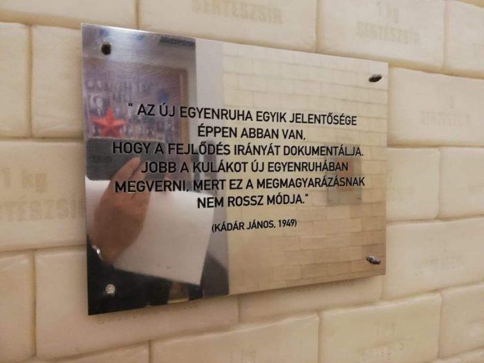 Kádár János 1949-ből származó véleménye szerint a fejlődés irányát dokumentálja, ha az ÁVH - akkor rendszeresített új egyenruhájában - megveri a kuláknak nyilvánított parasztembereket. A szerző felvétele (Terror Háza Múzeum - Budapest)