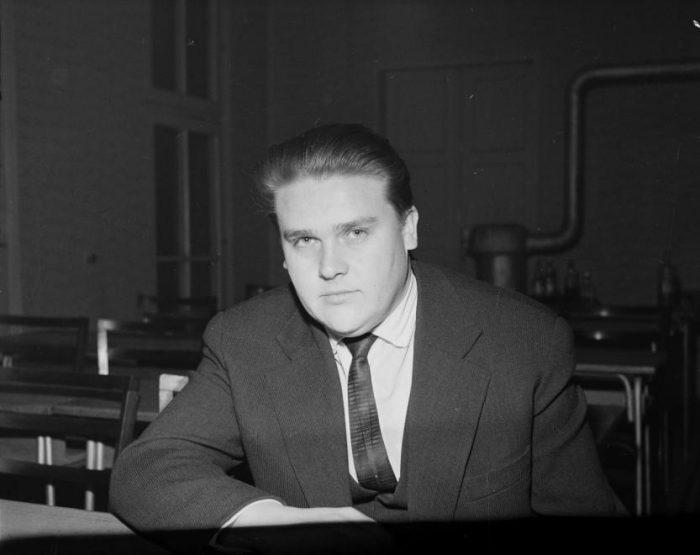 Csurka István drámaíró 1952 és 1957 között járt az SZFE elődjére, ahol a forradalom idején a Nemzetőrség vezetője is lett. Már hallgatóként átlátta, hogy mi zajlik a kultúra egyik legfontosabb fellegvárában, s ezt később több ízben is megírta. Fotó: Fortepan