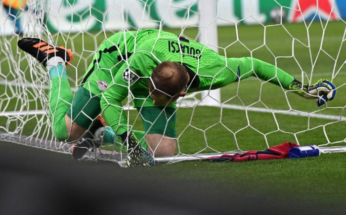 Gulácsi Péter szerencsére nem sérült meg, amikor mentése után rosszul esett és a kapuban kötött ki. Fotó: MTI/Illyés Tibor