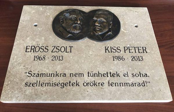 A Kancsendzöngát 2013-ban magyarként először meghódító, ám a hegyen meghalt Erőss Zsolt és Kiss Péter hegymászók emléktáblája / Fotó: MTI