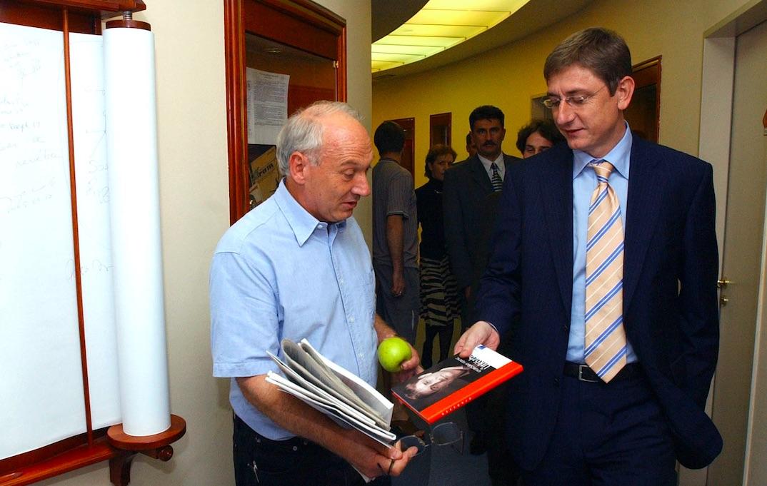 Bolgár György valószínűleg nem szerzőnk könyvét mutatja Gyurcsány Ferencnek / Fotó: MTI