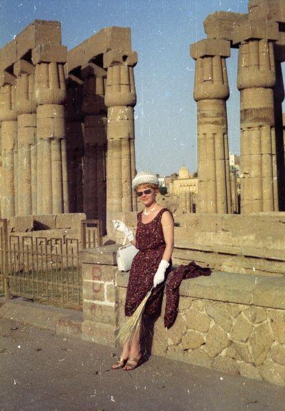 A luxori templom oszlopsoránál Krencsey Marianne színművésznő. A felvétel az Egyiptomi történet című film forgatásakor készült. Fortepan, Inkey Tibor