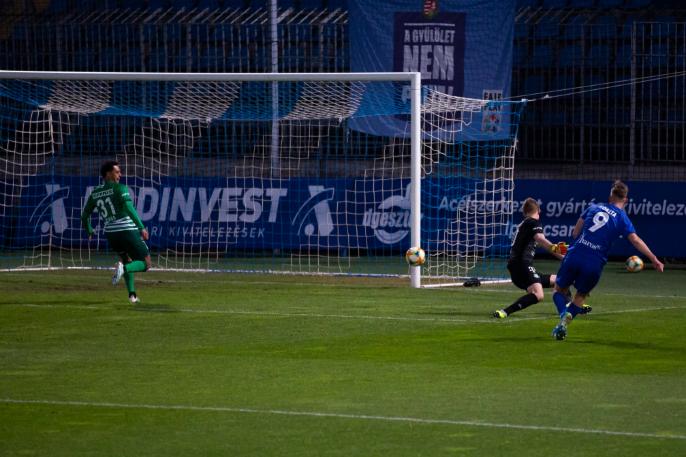 Koszta Márk nagyon szép góllal szerezte meg a vezetést a hazai csapatnak. Fotó: MTI/Varga György