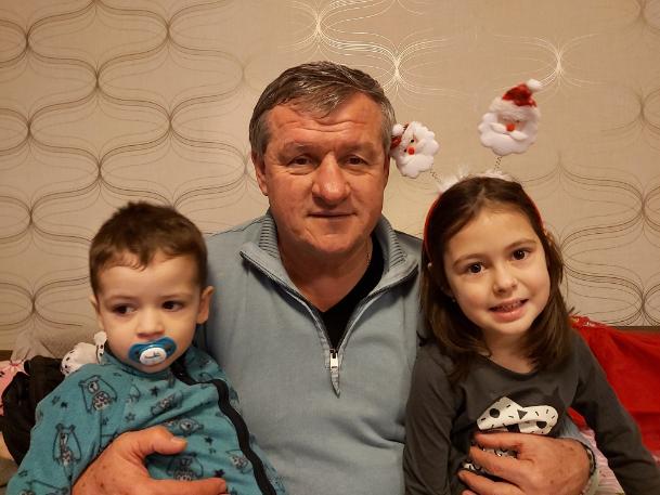 Szabó József napjainkban, két unokájával. Forrás: családi archívum