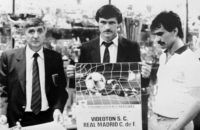 Szabó József (középen) és Végh Tibor (jobbra) a Real Madrid elleni UEFA Kupa-döntő beharangozó táblájával. Fotó: MTI/Németh Ferenc