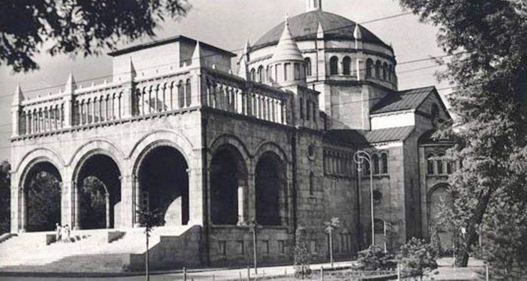 A Regnum Marianum (Mária Királysága) templom a Városligetben 1930 körül. A templomot Rákosi Mátyás 1951-ben leromboltatta, majd a közelében felépíttette Sztálin gigantikus szobrát.