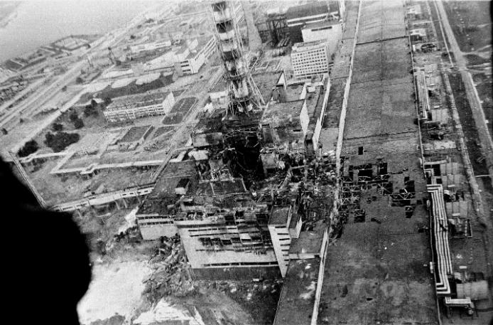 A helikopterről készített légifotón is jól kivehető a rendkívüli pusztítás, amelyet a robbanás okozott. Az alul izzó grafit hőhatása miatt akadálytalanul áramlottak a levegőbe a radioaktív részecskék. Fotó: MTI/TASSZ