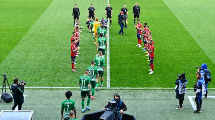 A fehérvári játékosok díszsorfalától övezve vonulnak pályára a bajnoki címet szerző Ferencváros játékosai a Fehérvár-FTC bajnoki mérkőzésen. Fotó: MTI