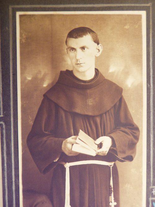 Kiss Szaléz ferences szerzetessel megásatták a saját sírját, mielőtt Sopronkőhidán kivégezték. Fotó: Wikipedia