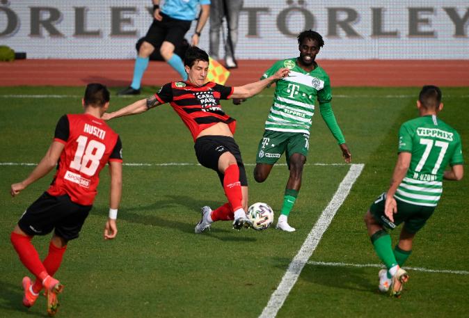 Huszti (a kép bal oldalán) két hibája alapvetően befolyásolta a mérkőzés végkimenetelét. Fotó: MTI/Szigetváry Zsolt