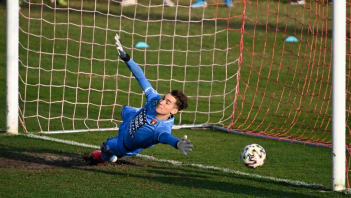 Bár Uzuni 11-esénél kapitulált, Bese Balázs teljesítményén semmi nem múlott. A fiatal budafoki kapus jól védett a Fradi ellen. Fotó: MTI/Szigetváry Zsolt