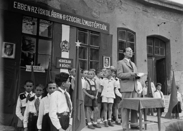 Jellemző kép egy általános iskolából a kommunisták államosítása után. Sarló és kalapács, vörös csillagok, valamint bolsevista szlogen. Fotó: Fortepan/Kovács Márton Ernő