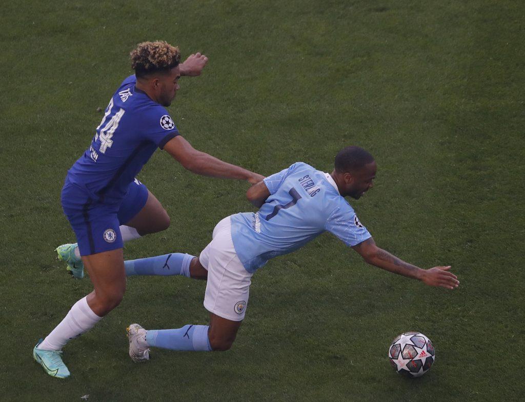 Raheem Sterling, a Manchester City (j) és Reece James, a Chelsea játékosa a labdarúgó Bajnokok Ligája döntőjében a portói Dragao Stadionban 2021. május 29-én.<br /> MTI/EPA/Reuters pool/Susan Vera
