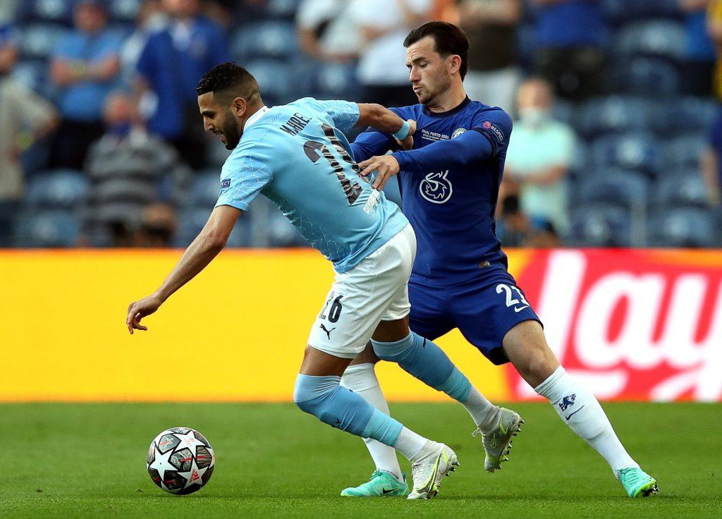 Riyad Mahrez, a Manchester City (b) és Ben Chilwell, a Chelsea játékosa a labdarúgó Bajnokok Ligájának döntőjében a portói Dragao Stadionban Portóban 2021. május 29-én.<br /> MTI/EPA/LUSA/José Coelho