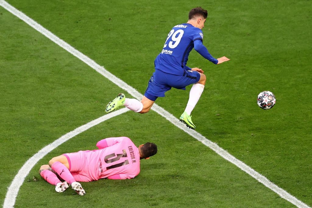 Kai Havertz, a Chelsea játékosa berúgja csapata első gólját Edersonnak, a Manchester City kapusának (b) a labdarúgó Bajnokok Ligájának döntőjében a portói Dragao Stadionban 2021. május 29-én.<br /> MTI/EPA/Getty Images pool/Michael Steele