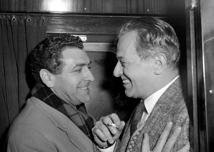 1957. november 25. Bárdy György rég nem látott barátját, a 11 év külföldi távollét után hazatérő Jávor Pált üdvözli a vasúti kupéban a Nyugati pályaudvaron. Fotó: Bartal Ferenc/MTI