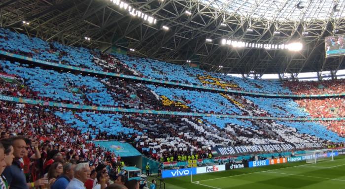 Szurkolótáborunk élőképe a Magyarország-Portugália mérkőzésen, a Himnusz alatt. Fotó: Kovács Attila