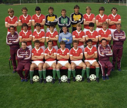 A vb-szereplést kivívó válogatott csapatképén 1985 tavaszán még Nyilasi Tibor is ott szerepel, a felső sorban, balról a másodikként. A vb-re már nem tartott a csapattal. Fotó: MTI/Wéber Lajos.