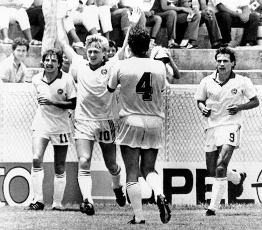 Détári Lajos (10-es számmal) ünnepli a Kanada ellen szerzett gólját. Akkor még aligha sejtettük, hogy 35 évvel később is ez a találat lesz az utolsó magyar vb-gól. Fotó: MTI