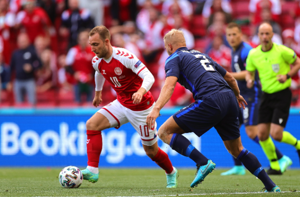 Az egész világ sportszerető közvéleménye a világklasszis dán játékos, Christian Eriksen (piros mezben) életéért aggódott. Hála Istennek, hatottak az imák! Fotó: MTI