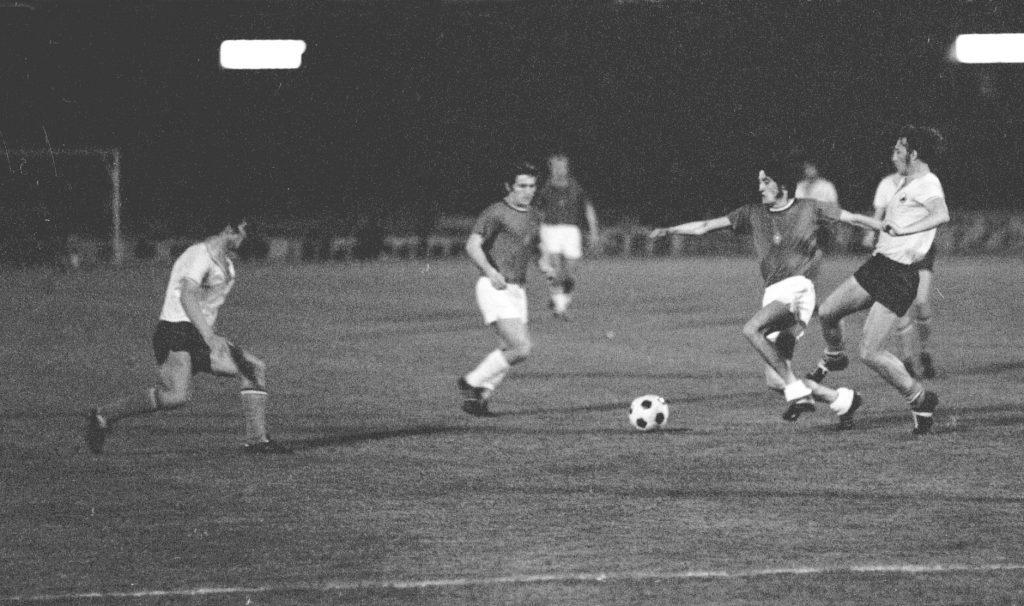 Belgrád, 1972. május 18.<br /> Kű Lajos (j2) a román védők között a Magyarország-Románia Európa-bajnoki selejtező mérkőzésen a belgrádi Partizan-stadionban, ahol 2-1-es győzelmünkkel kivívtuk a belgiumi négyes döntőben való szereplés jogát.<br /> Fotó: MTI/Koppány György