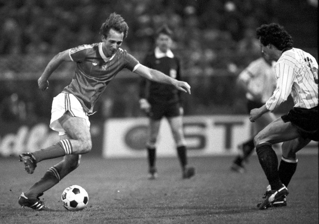 Nyilasi Tibor kapura tör az Ausztria-Magyarország világbajnoki selejtezőn a bécsi Hanappi-stadionban. <br /> Fotó: MTI/Németh Ferenc