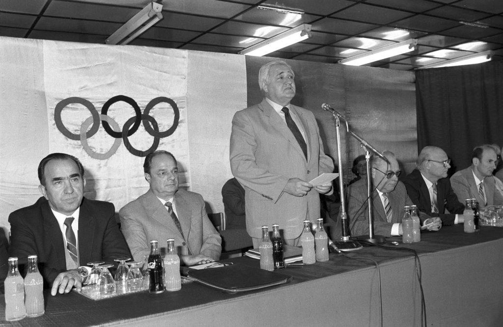 Budapest, 1984. május 16.<br /> Buda István (középen, állva) itt jelenti be, hogy a Magyar Olimpiai Bizottság (MOB) döntése értelmében a magyar sportolók nem utaznak az 1984. évi nyári olimpiai játékokra, Los Angelesbe. <br /> Fotó: MTI/Petrovits László