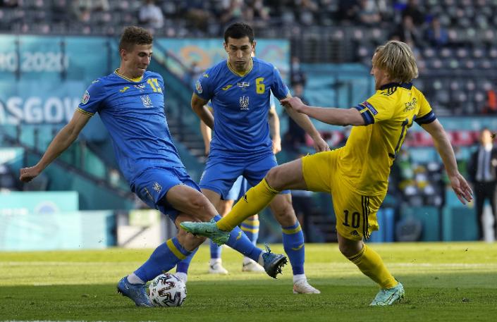 Forsberg (sárgában) nemcsak a gólszerzésben, de a mezőnymunkában is jeleskedett. Fotó: MTI/EPA/AP/Petr Josek