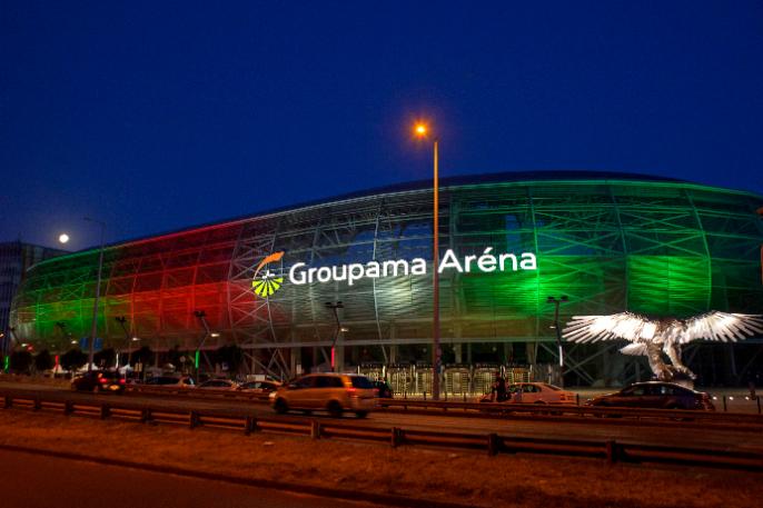 A Groupama Aréna, piros-fehér-zöldben. Fotó: MTI/Lakatos Péter