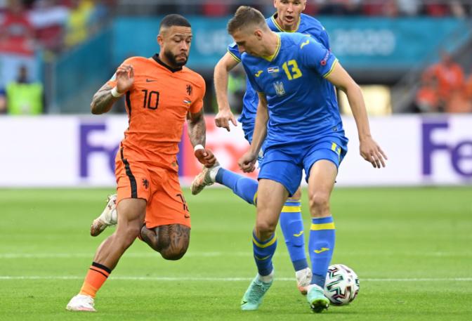 Depay (narancsszínű mezben) Zabarnyi mellett viszi el a labdát a Hollandia-Ukrajna Eb-csoportmeccsen, Amszterdamban. Fotó: MTI/EPA/AFP/John Thys