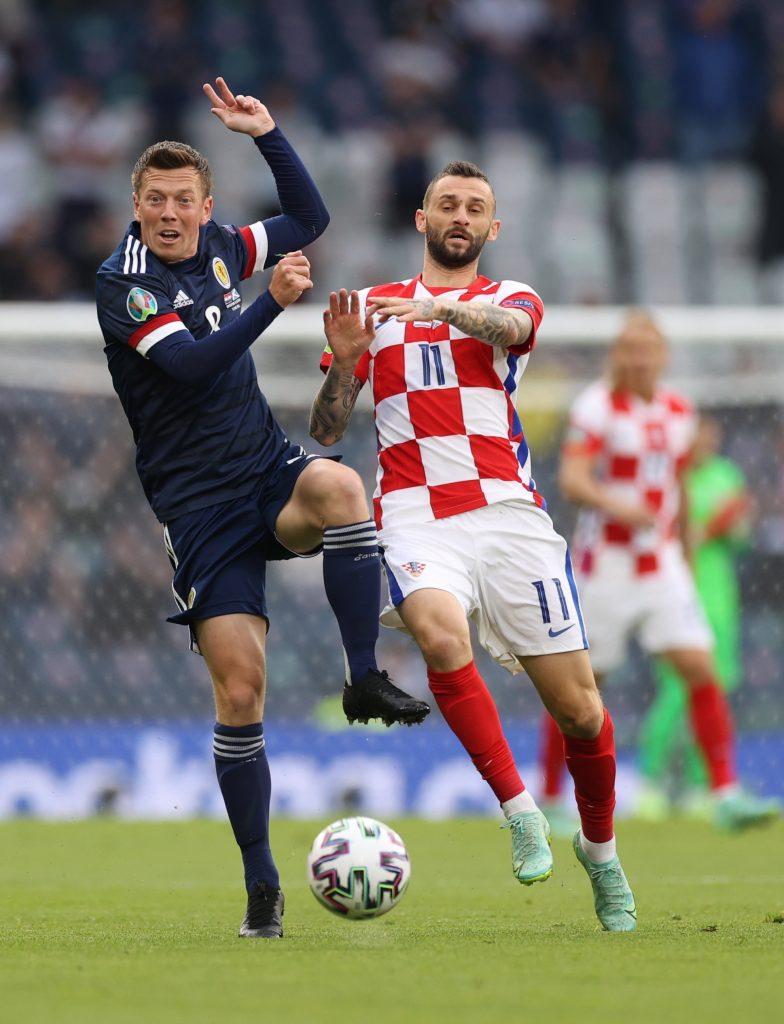 A skót Callum McGregor és a horvát Marcelo Brozovic (j) a Horvátország-Skócia mérkőzésen<br /> MTI/EPA/Reuters pool/Lee Smith