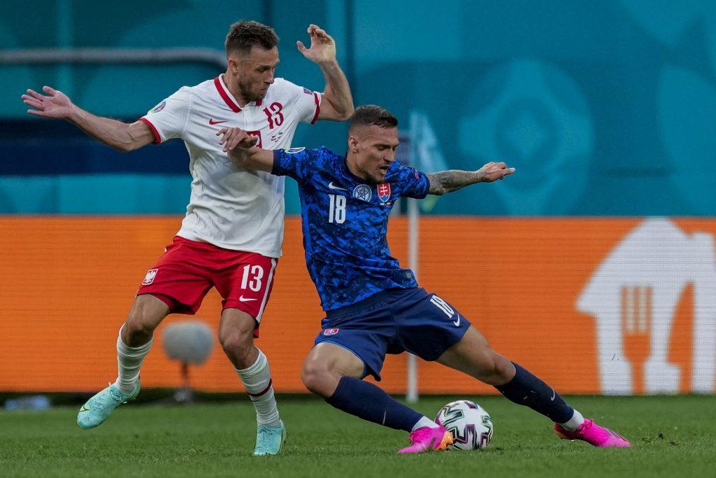 Szentpétervár, 2021. június 14.<br /> A lengyel Maciej Rybus (b) és a szlovák Lukas Haraslin a labdarúgó Európa-bajnokság Lengyelország-Szlovákia mérkőzésen a szentpétervári Gazprom Arénában 2021. június 14-én.<br /> MTI/AP pool/Dmitrij Loveckij