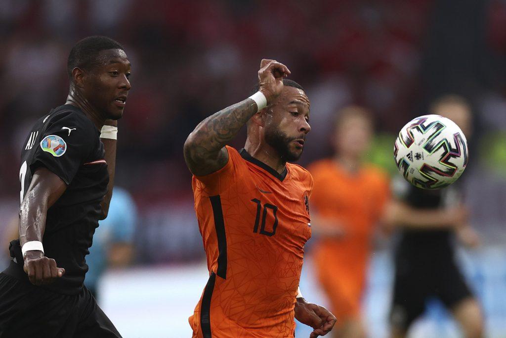 A holland gólszerző Memphis Depay (j) és a tizenegyes előtt szabálytalankodó osztrák védő, David Alaba párharca.<br /> MTI/AP/Getty Pool/Dean Mouhtaropoulous