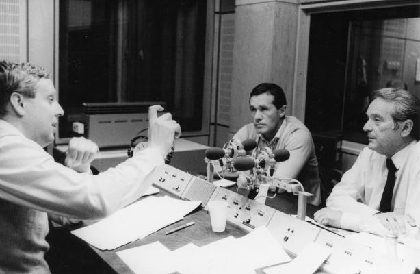 Mezey György szövetségi kapitány (középen) és Szepesi György MLSZ-elnök (jobbra) a Magyar Rádió stúdiójában. Fotó: Fortepan - Rádió- és Televízióújság