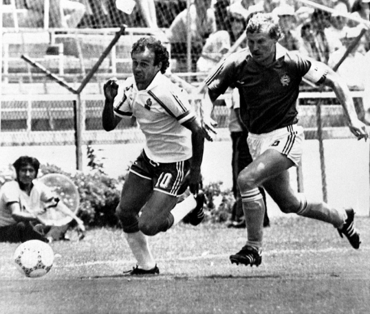 Michel Platini és Garaba Imre harca a labdáért a Franciaország-Magyarország vb-csoportmeccsen, Leonban. Fotó: MTI